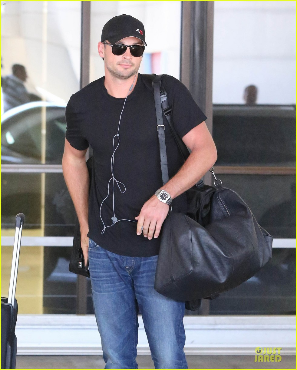 zac efron tom welling lax arrival after toronto film festival 04