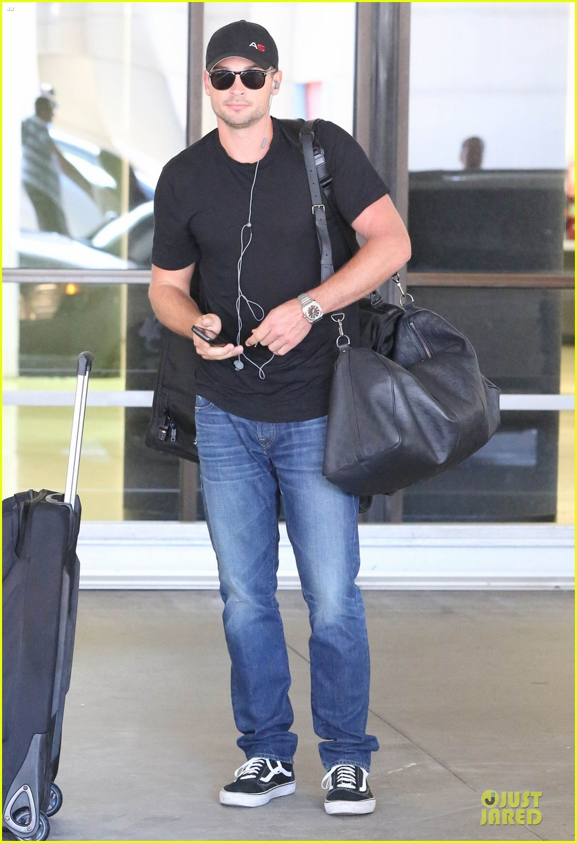 zac efron tom welling lax arrival after toronto film festival 192946146