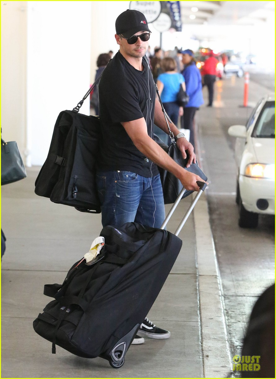 zac efron tom welling lax arrival after toronto film festival 20
