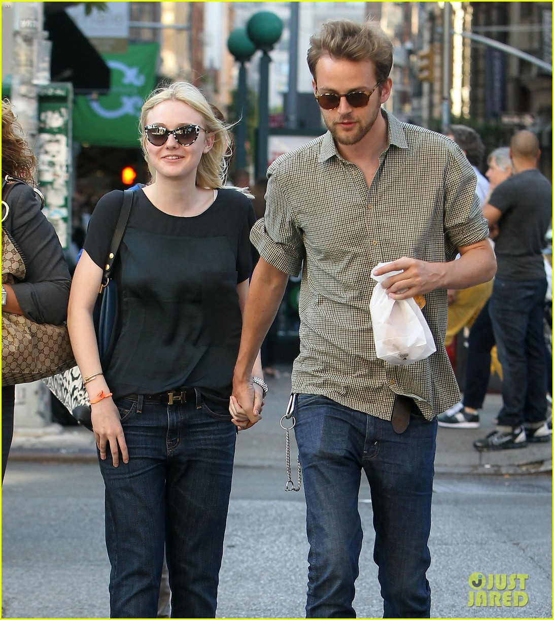 dakota fanning jamie strachan hold hands in new york 042943948