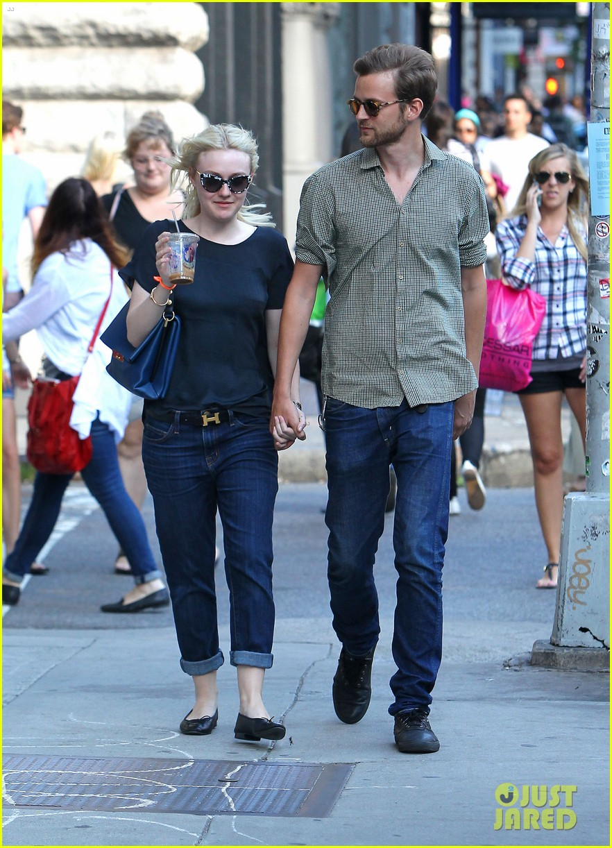 dakota fanning jamie strachan hold hands in new york 13