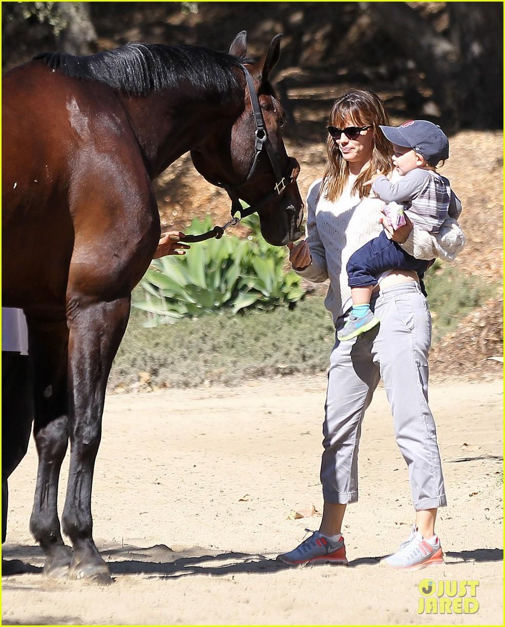 jennifer garner brings samuel to meet a horse 01