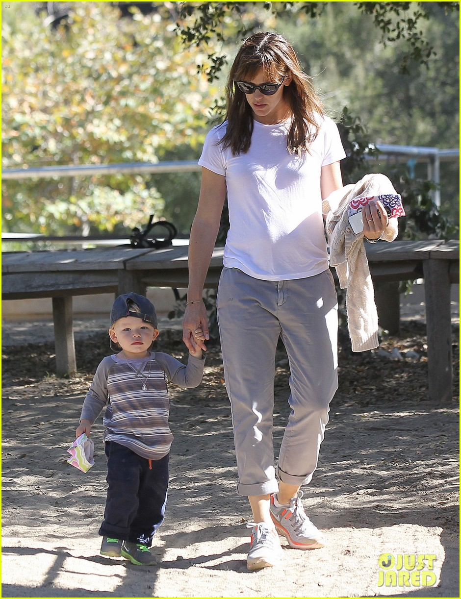 jennifer garner brings samuel to meet a horse 032953565
