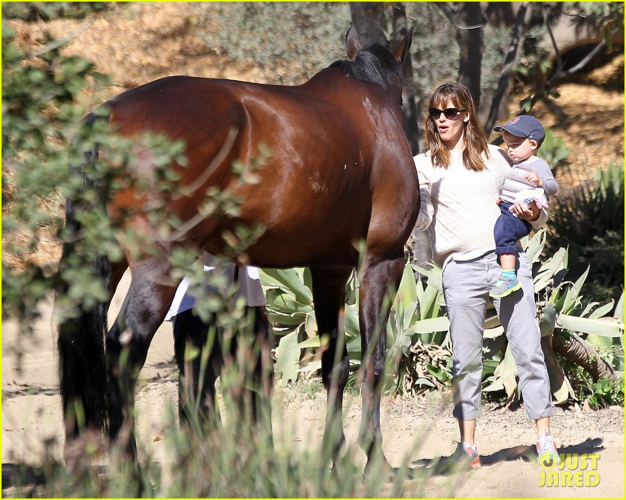 jennifer garner brings samuel to meet a horse 15