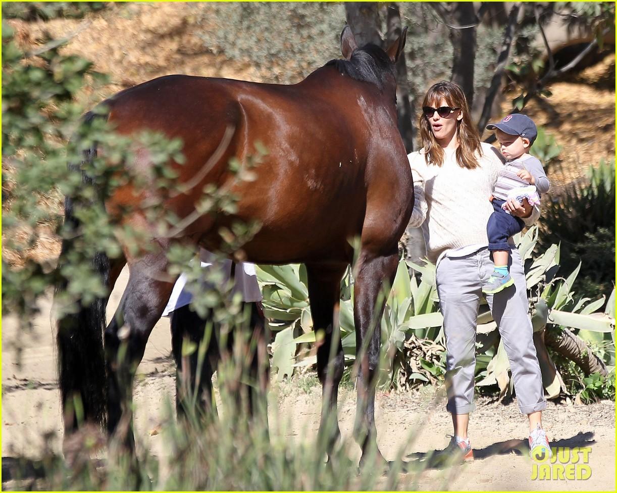 jennifer garner brings samuel to meet a horse 152953577