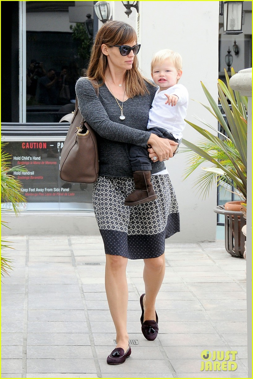 jennifer garner mommy errands with the kids 02