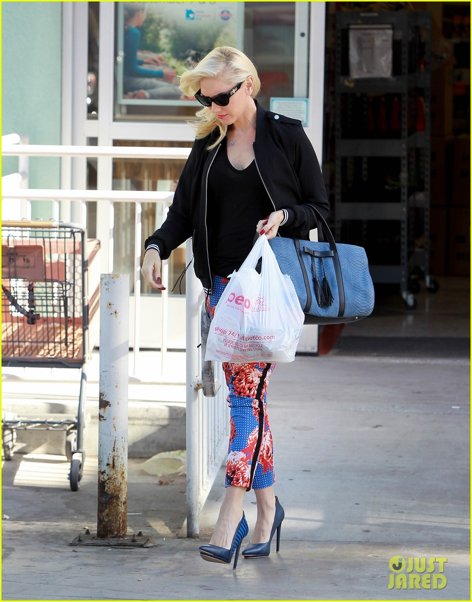 gwen stefani shows off tiny baby bump 03