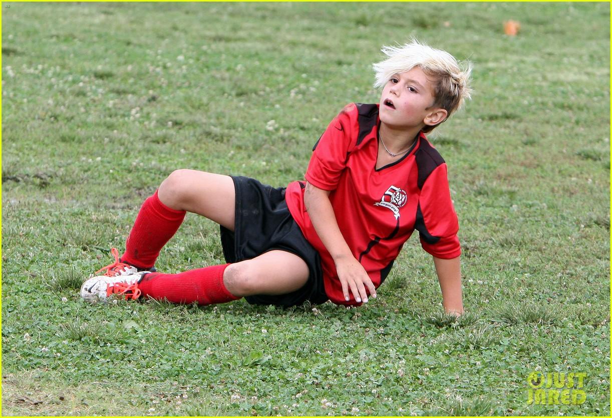 gwen stefani gavin rossdale sit sidelines at kingston soccer game 45