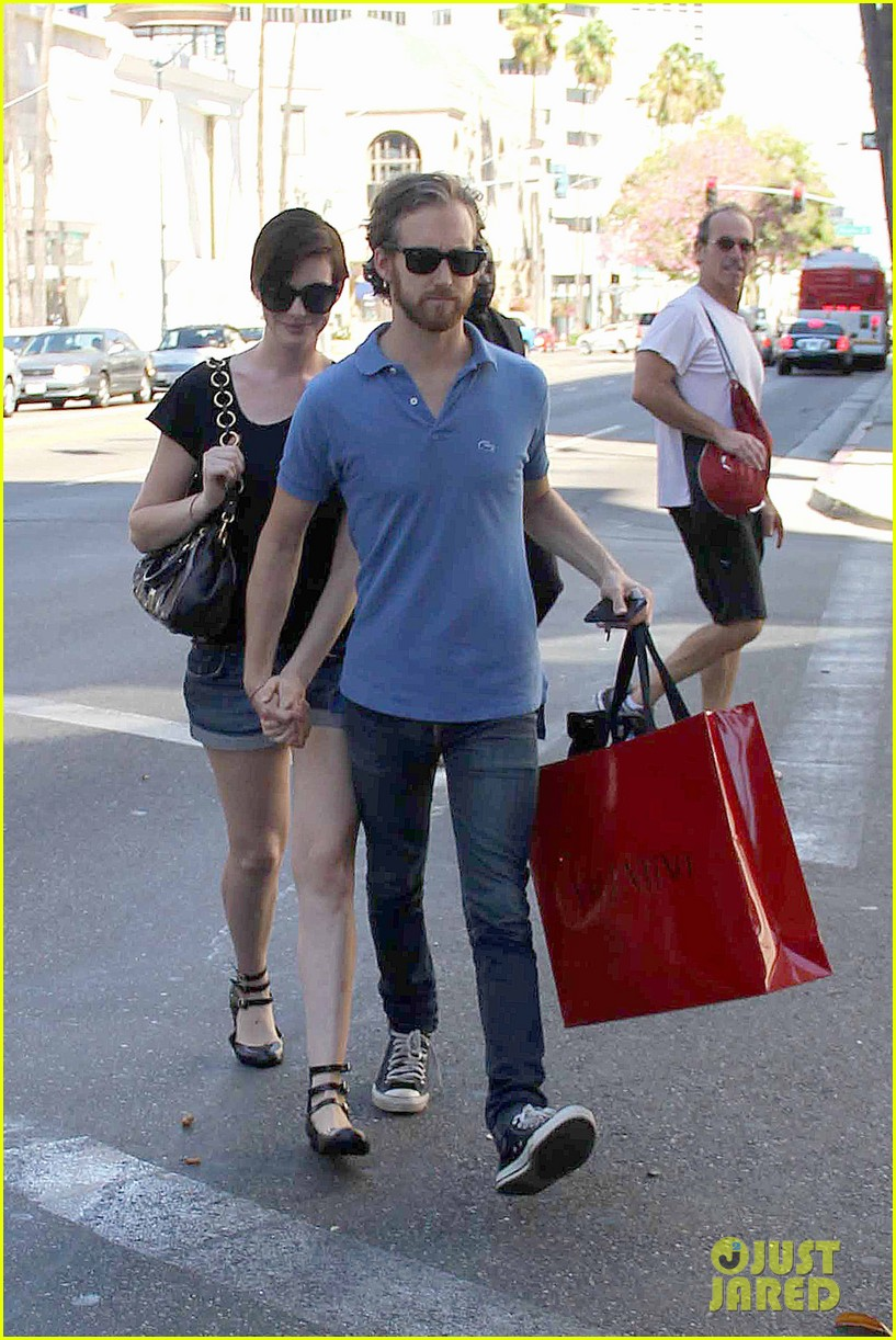 anne hathaway adam shulman pick up goodies at valentino 04