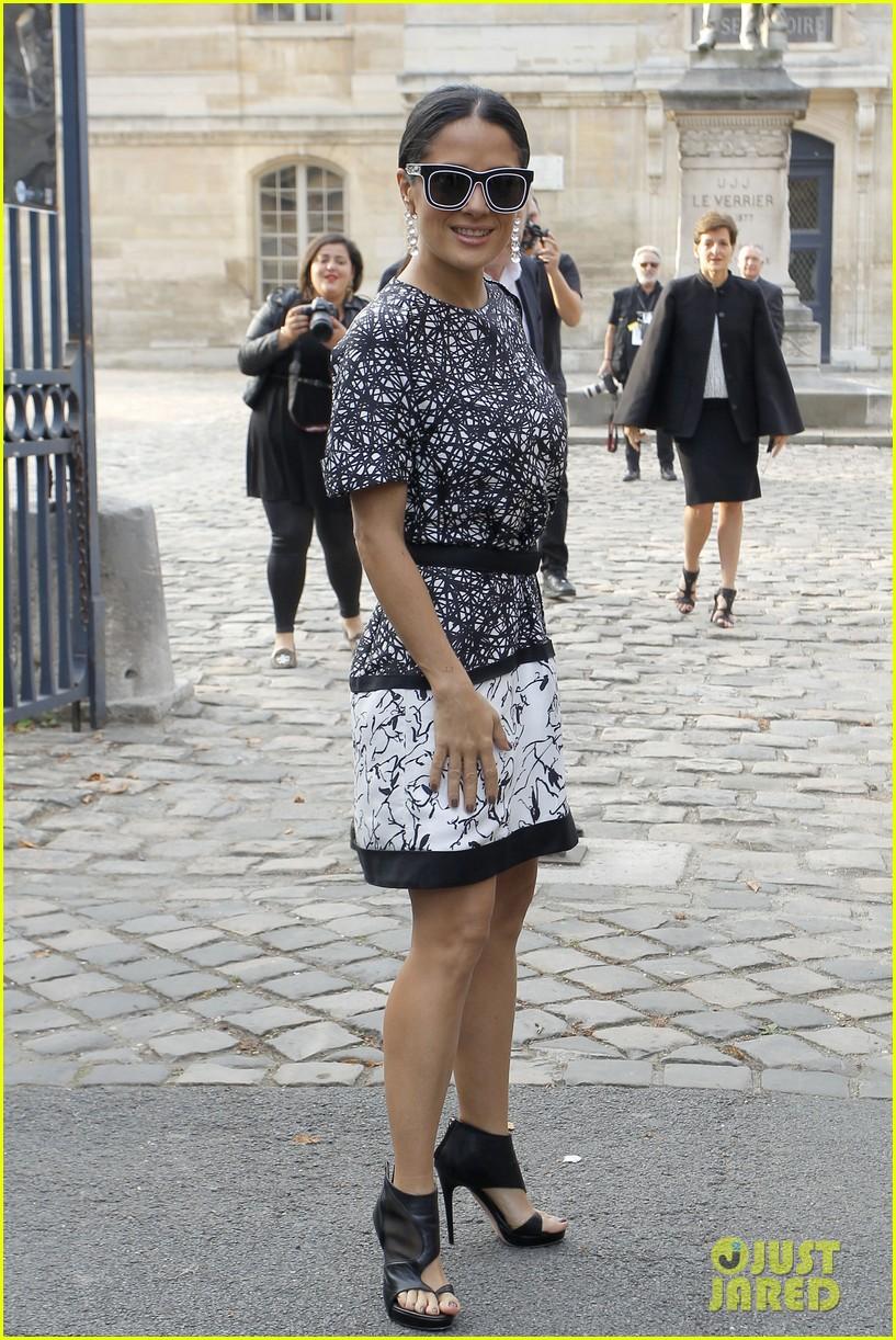 salma hayek balenciaga paris fashion show 01