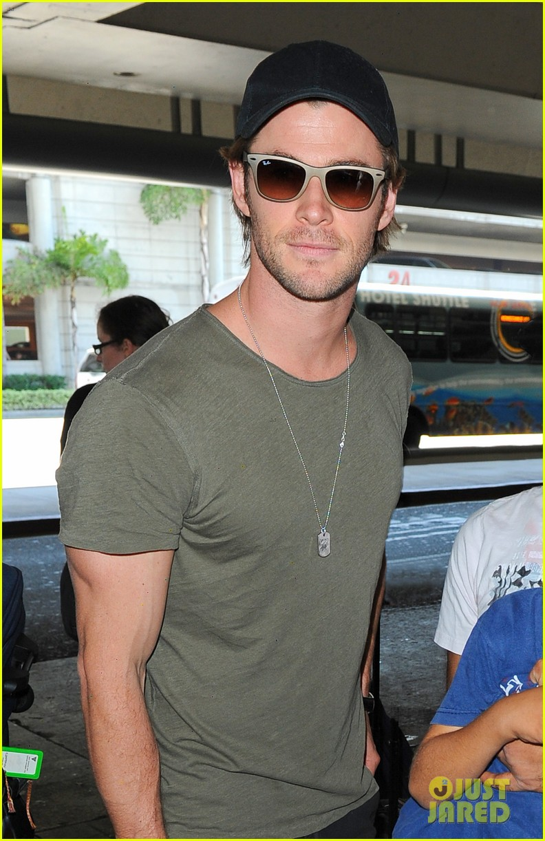 chris hemsworth bares buff arms while landing in los angeles 022953365