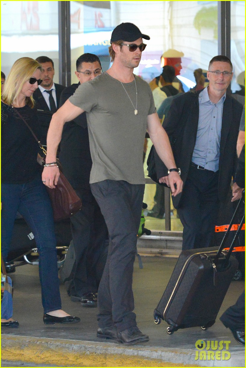 chris hemsworth bares buff arms while landing in los angeles 052953368