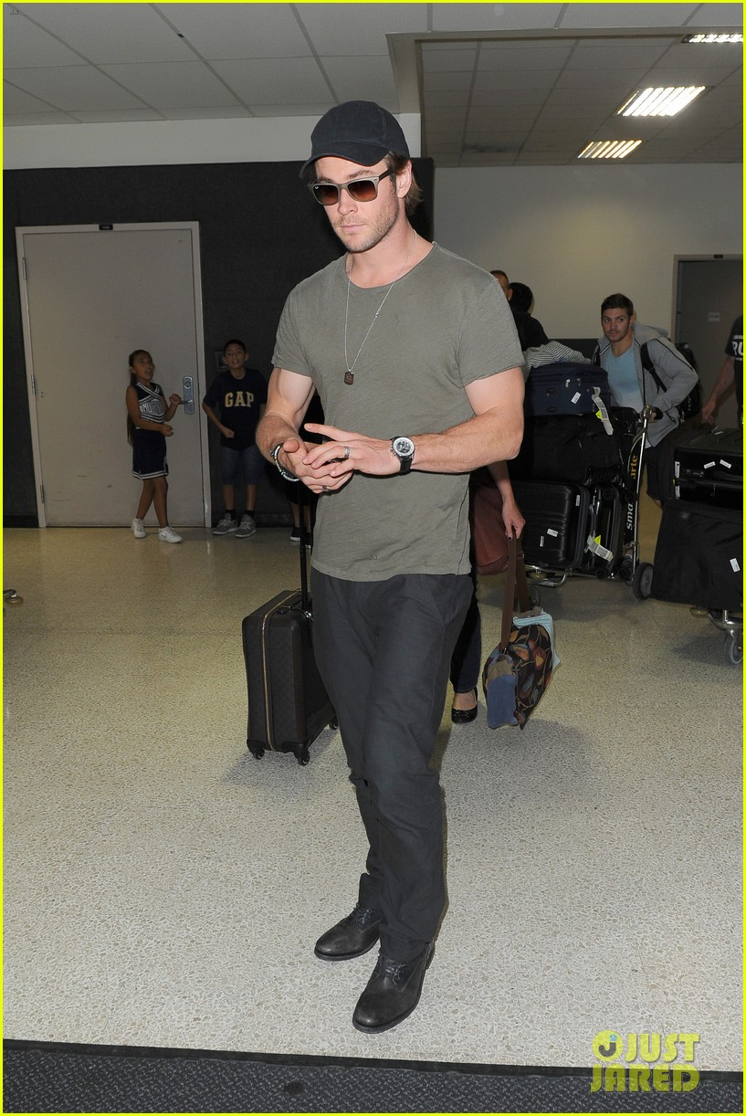 chris hemsworth bares buff arms while landing in los angeles 12