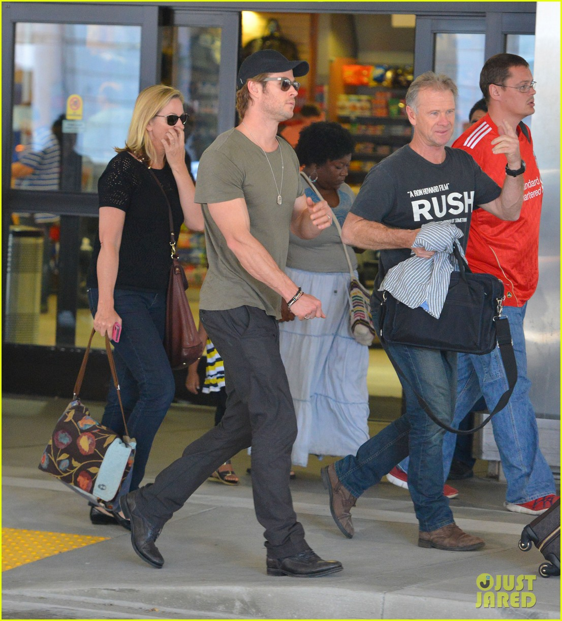 chris hemsworth bares buff arms while landing in los angeles 152953378