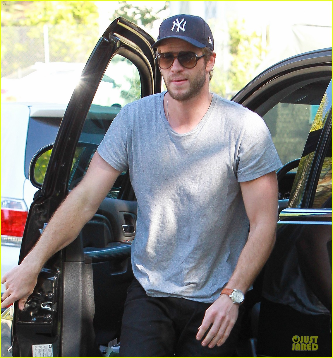 liam hemsworth visits friend after unfollowing miley cyrus 04