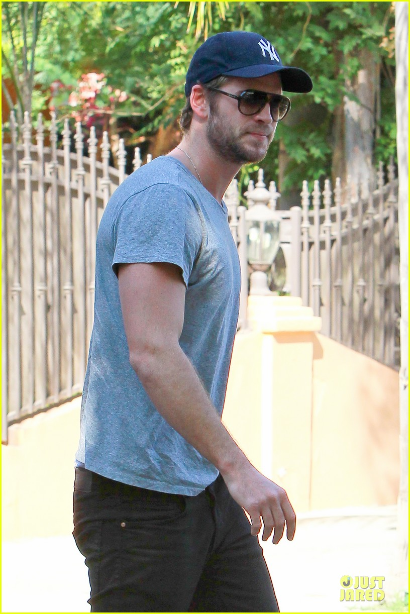 liam hemsworth visits friend after unfollowing miley cyrus 10