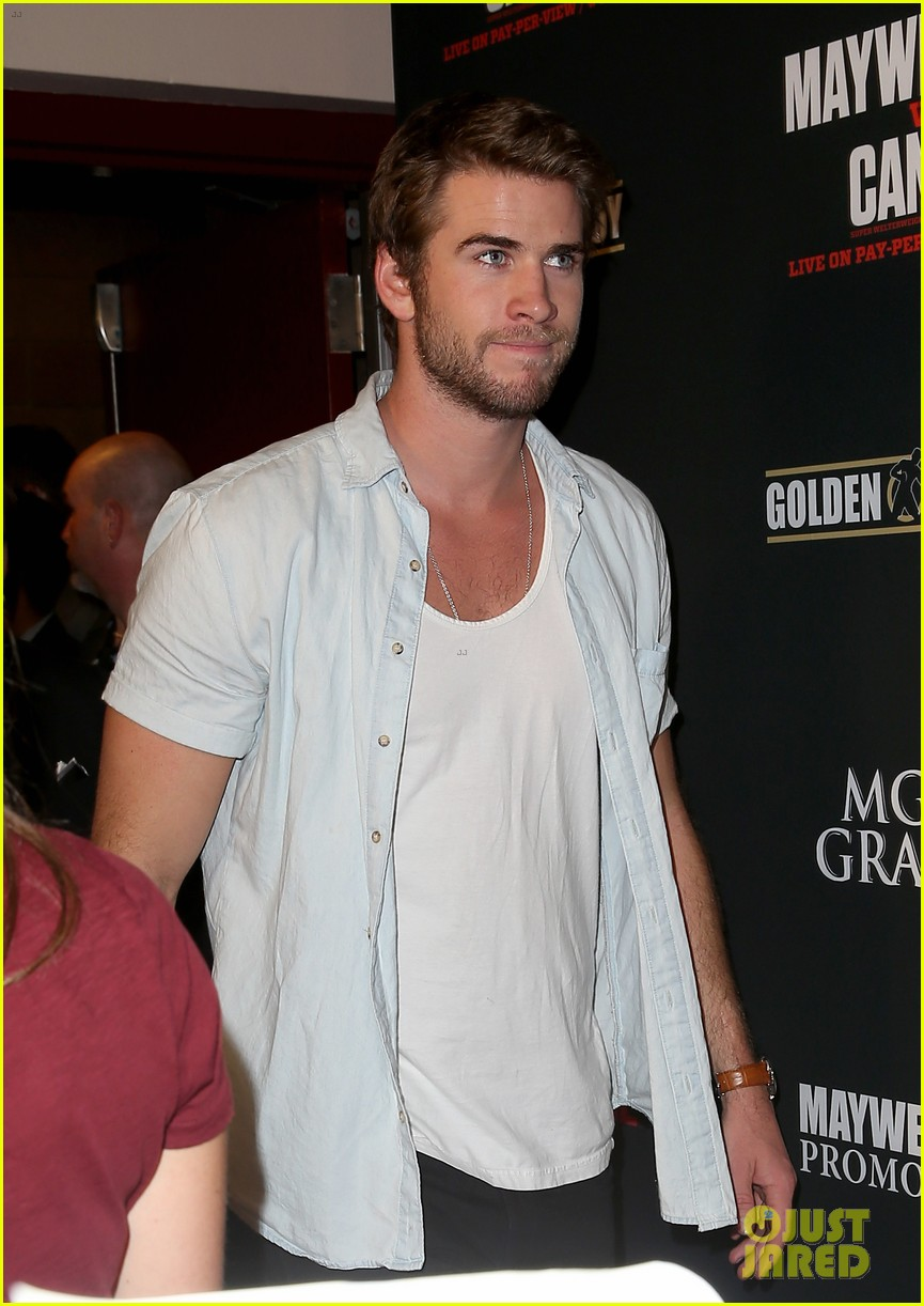 liam hemsworth attends mayweather vs alvarez fight 07