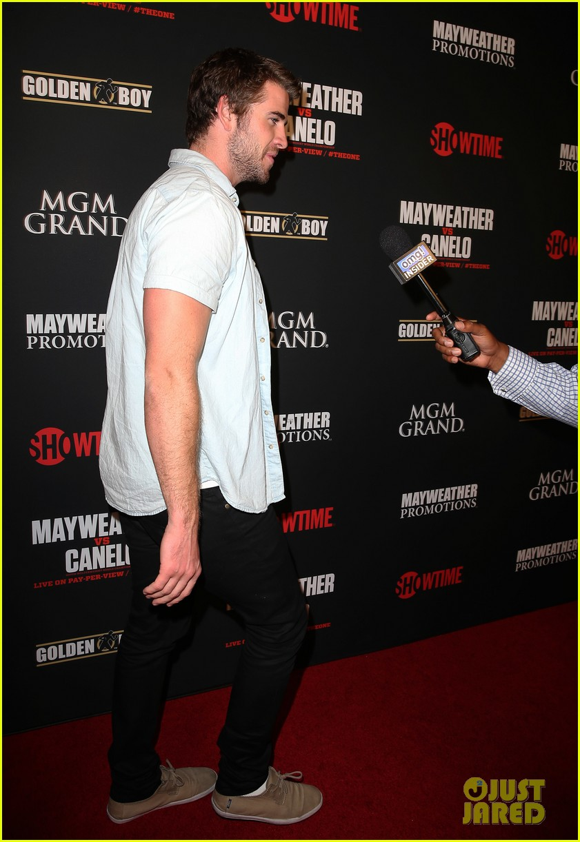 liam hemsworth attends mayweather vs alvarez fight 08