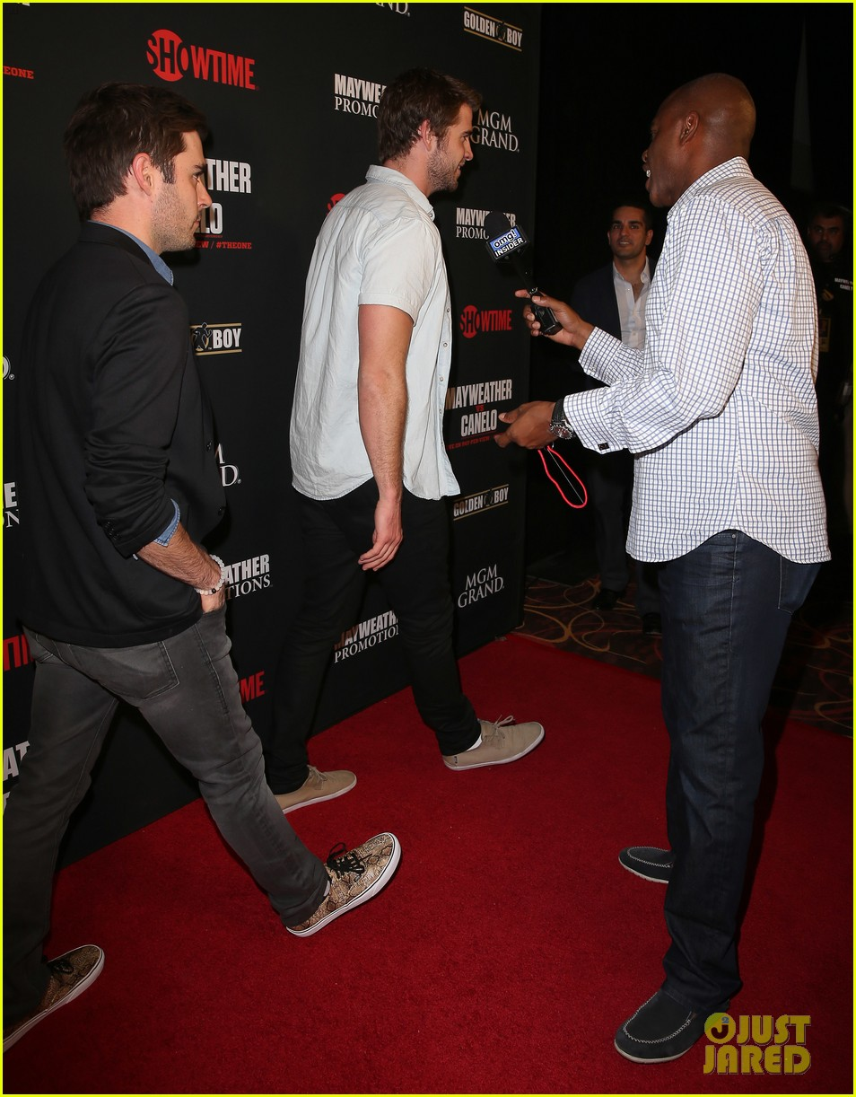 liam hemsworth attends mayweather vs alvarez fight 09