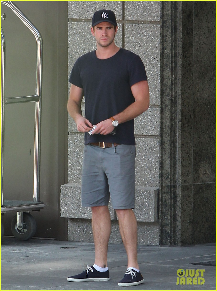 liam hemsworth spotted in atlanta after mockingjay filming begins 03