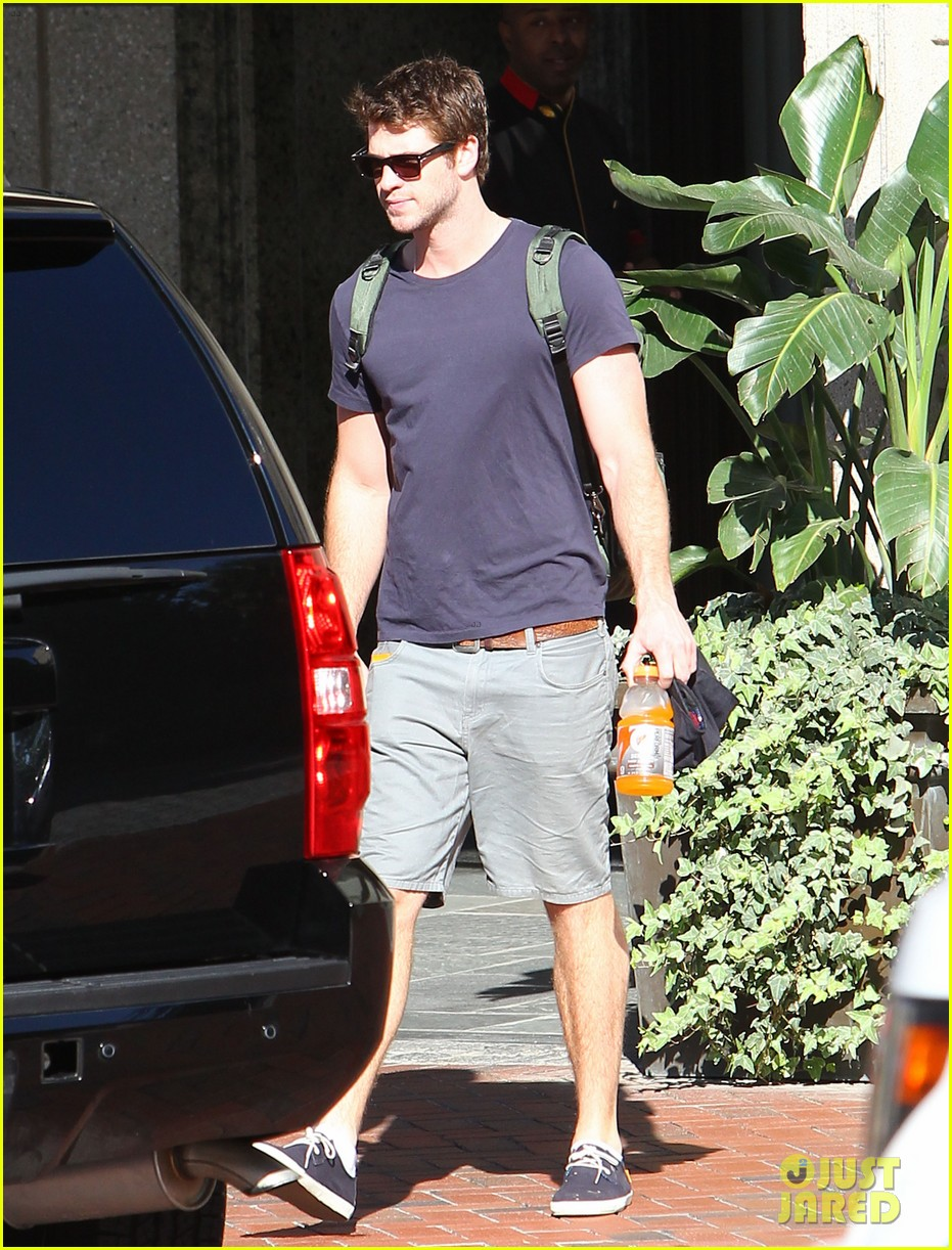 liam hemsworth spotted in atlanta after mockingjay filming begins 10