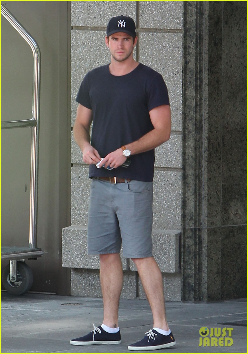 liam hemsworth spotted in atlanta after mockingjay filming begins 13