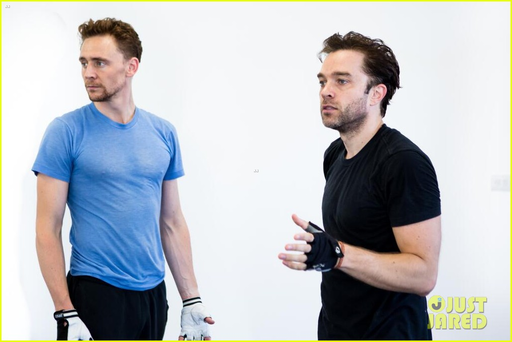 tom hiddleston fight practice for coriolanus production 042963301