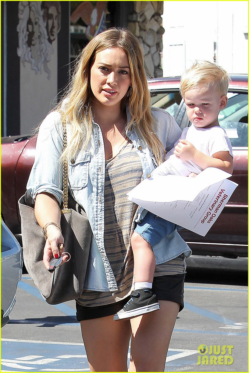 hilary duff hits starbucks after vet visit 04