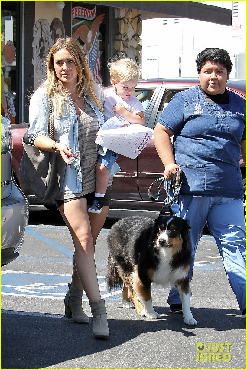 hilary duff hits starbucks after vet visit 14