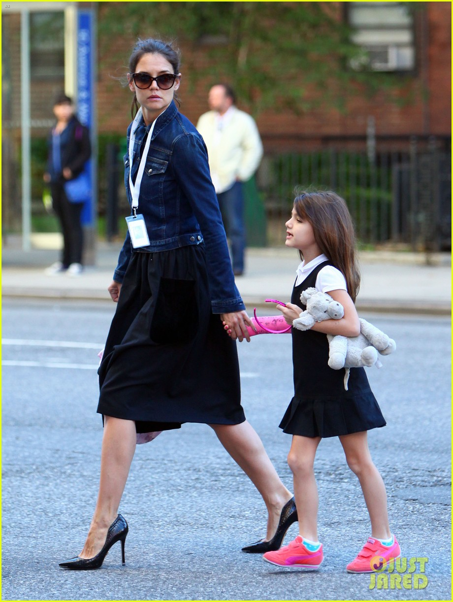 katie holmes morning stroll with suri after trying cronuts 052959899