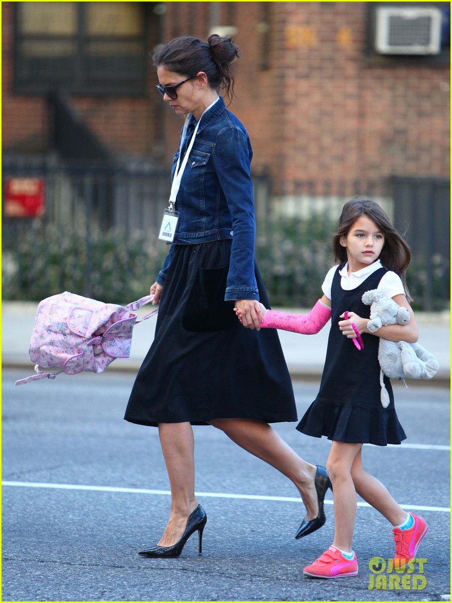 katie holmes morning stroll with suri after trying cronuts 10