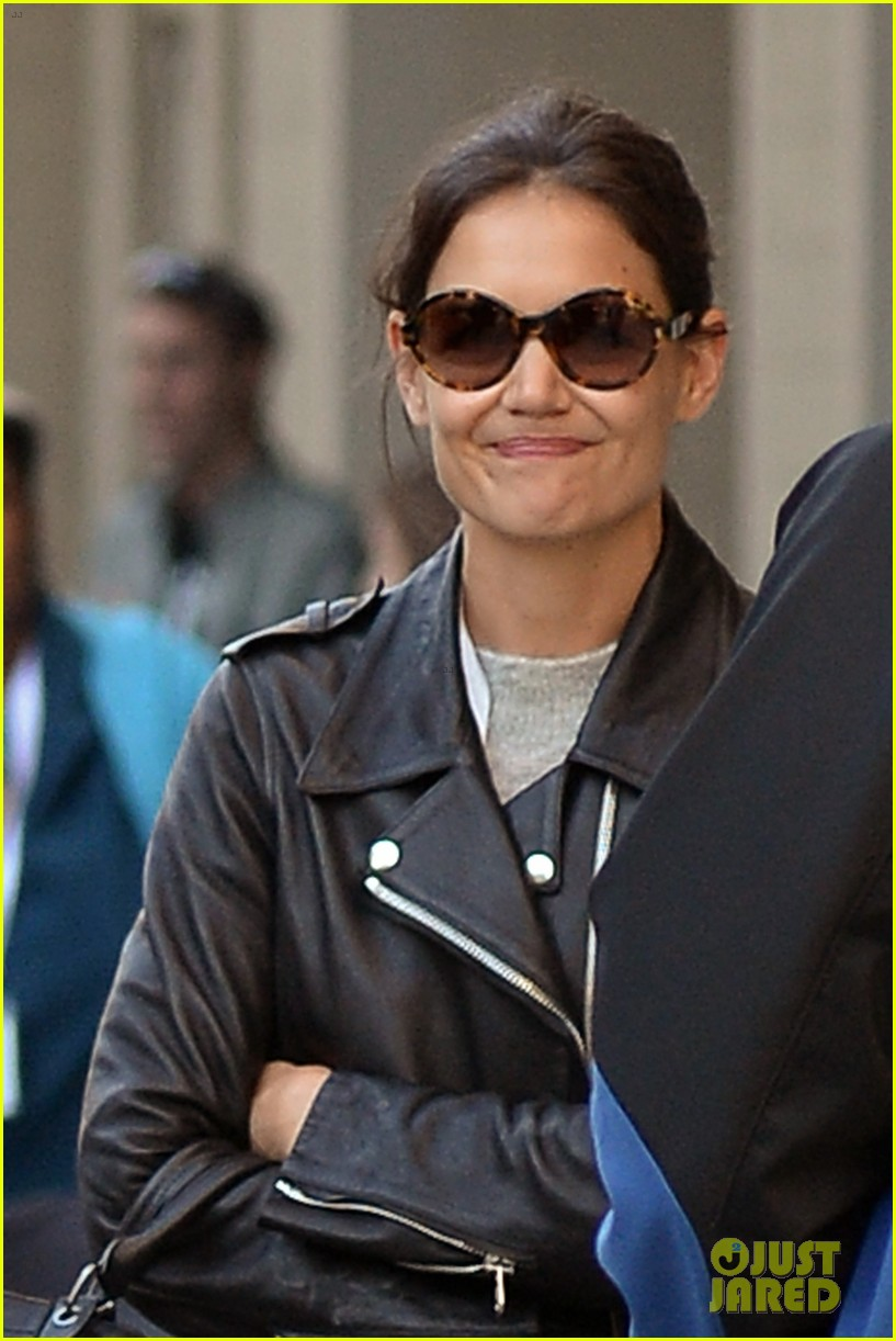 katie holmes heads home afte dropping suri at school 022955541