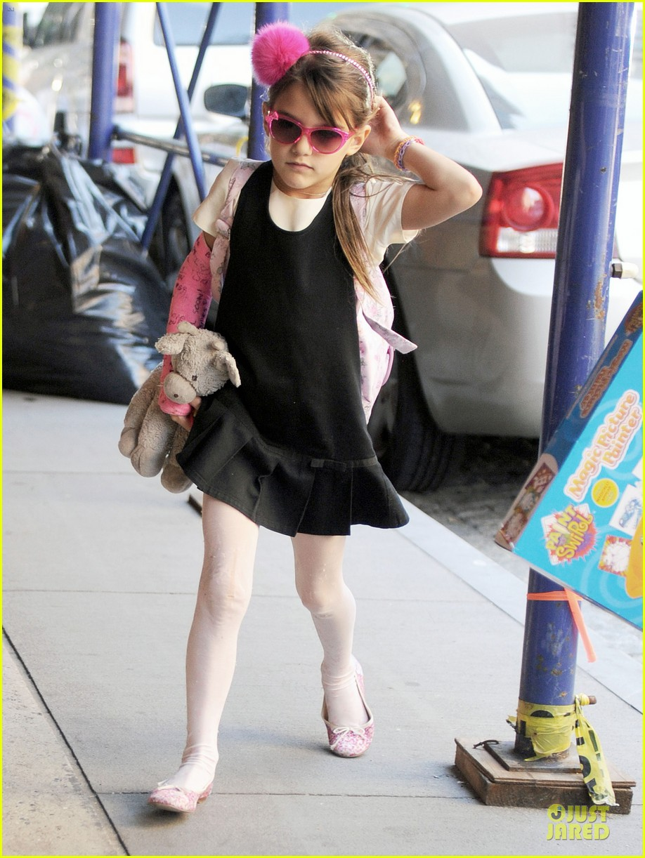 katie holmes suri matches sunglasses with arm cast 032956247
