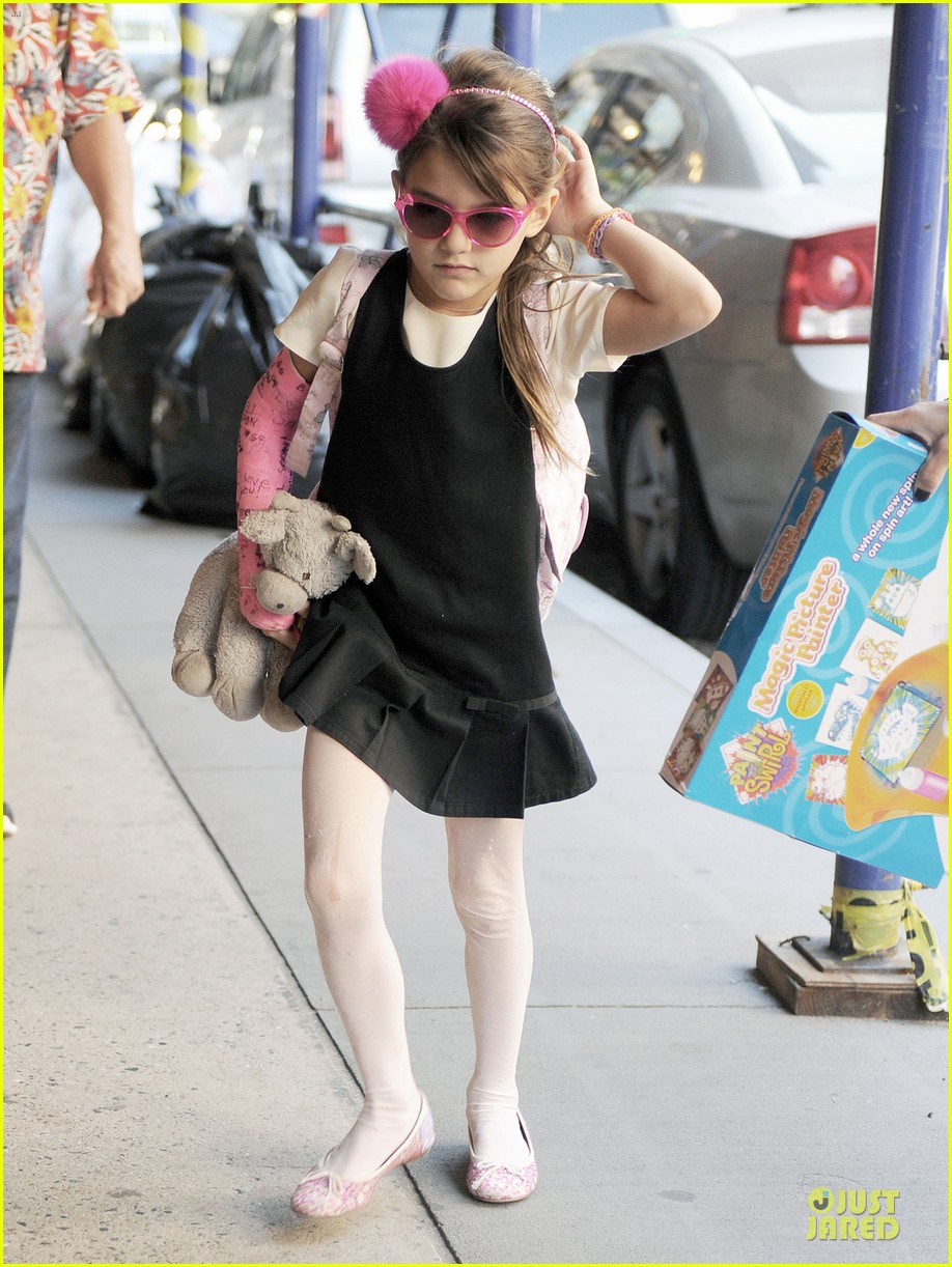 katie holmes suri matches sunglasses with arm cast 092956253