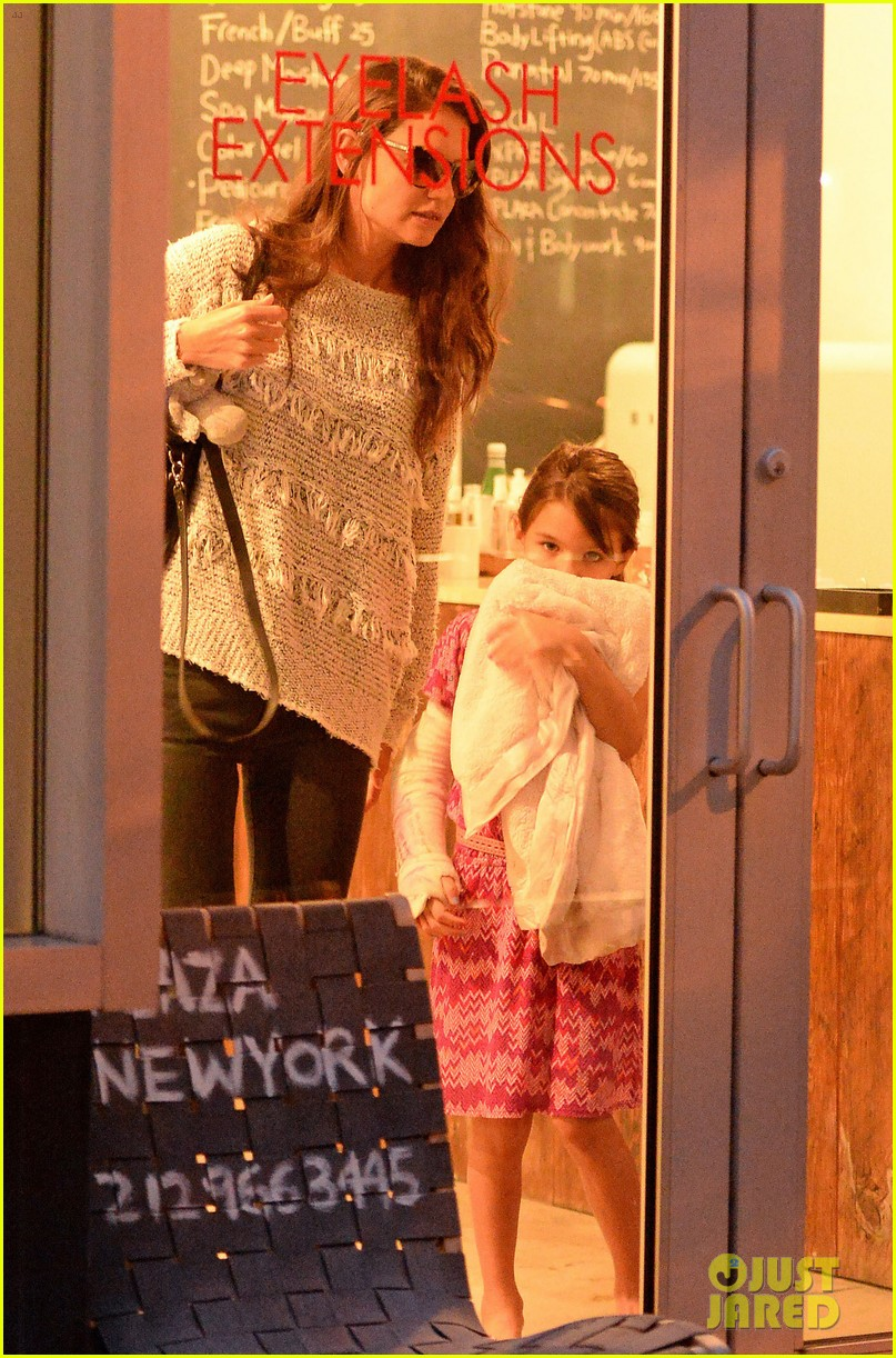 katie holmes pampers suri after she breaks her arm 032946566