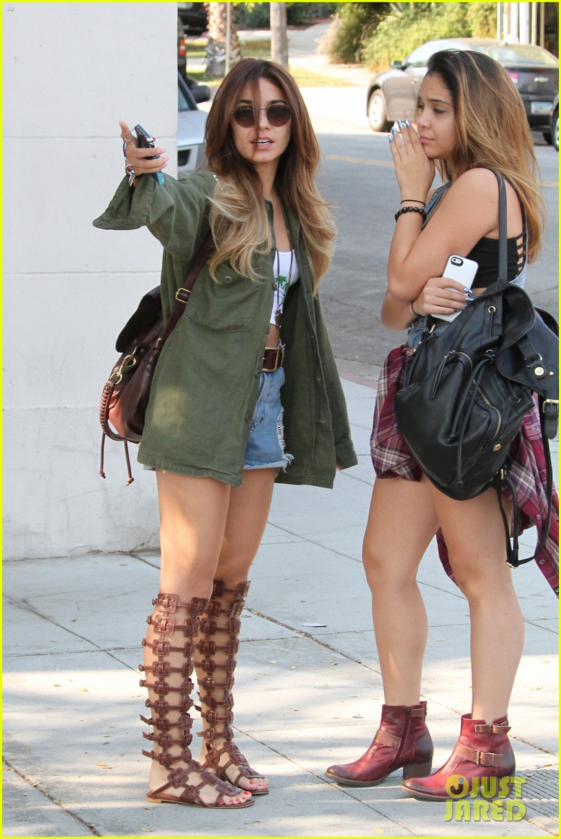 vanessa hudgens gets valet tip money from photographers 10