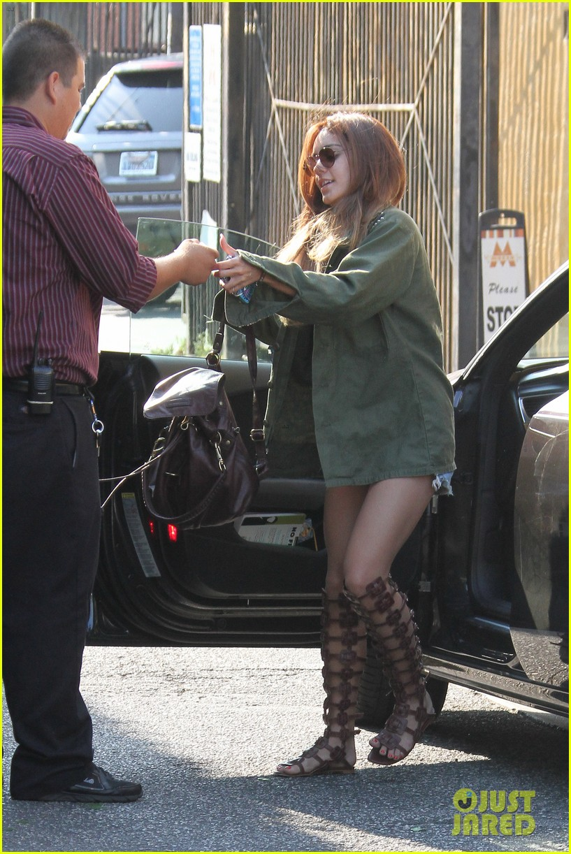 vanessa hudgens gets valet tip money from photographers 19