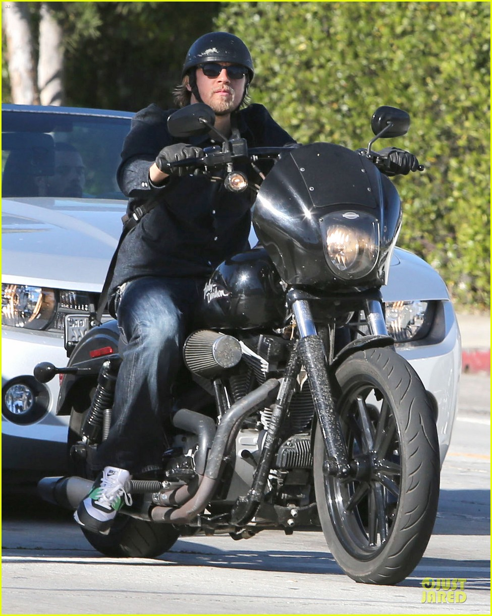 charlie hunnam motorcycle ride on emmys sunday 012958668