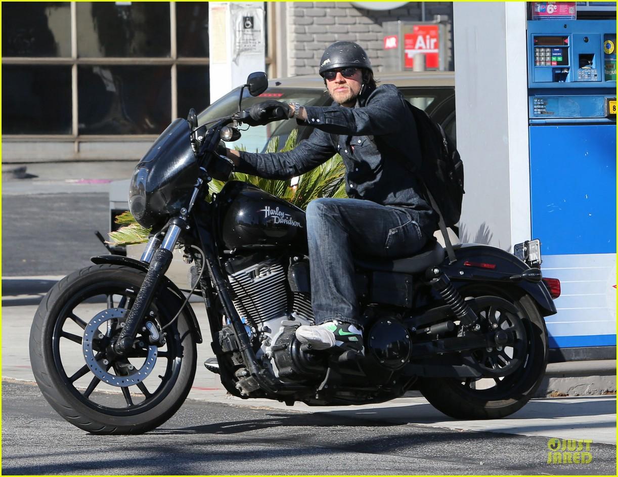charlie hunnam motorcycle ride on emmys sunday 07