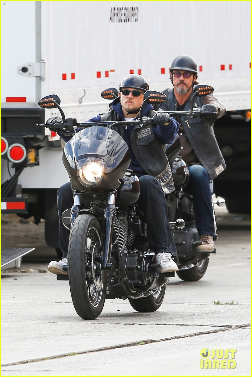 charlie hunnam goes undercover on sons of anarchy set 112960325