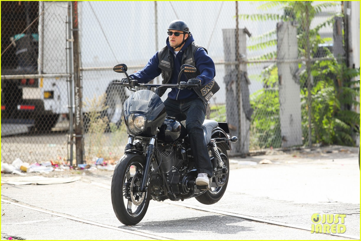 charlie hunnam goes undercover on sons of anarchy set 19