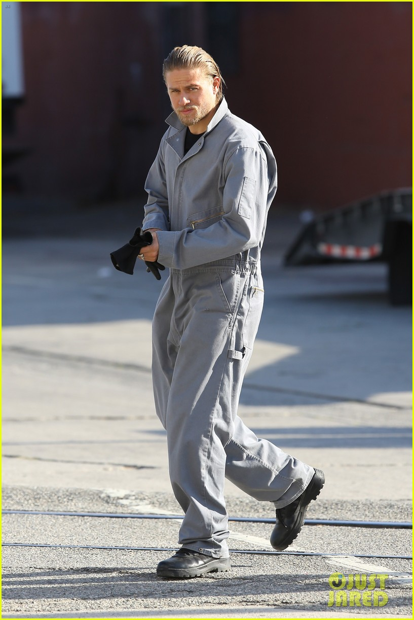 charlie hunnam goes undercover on sons of anarchy set 202960334