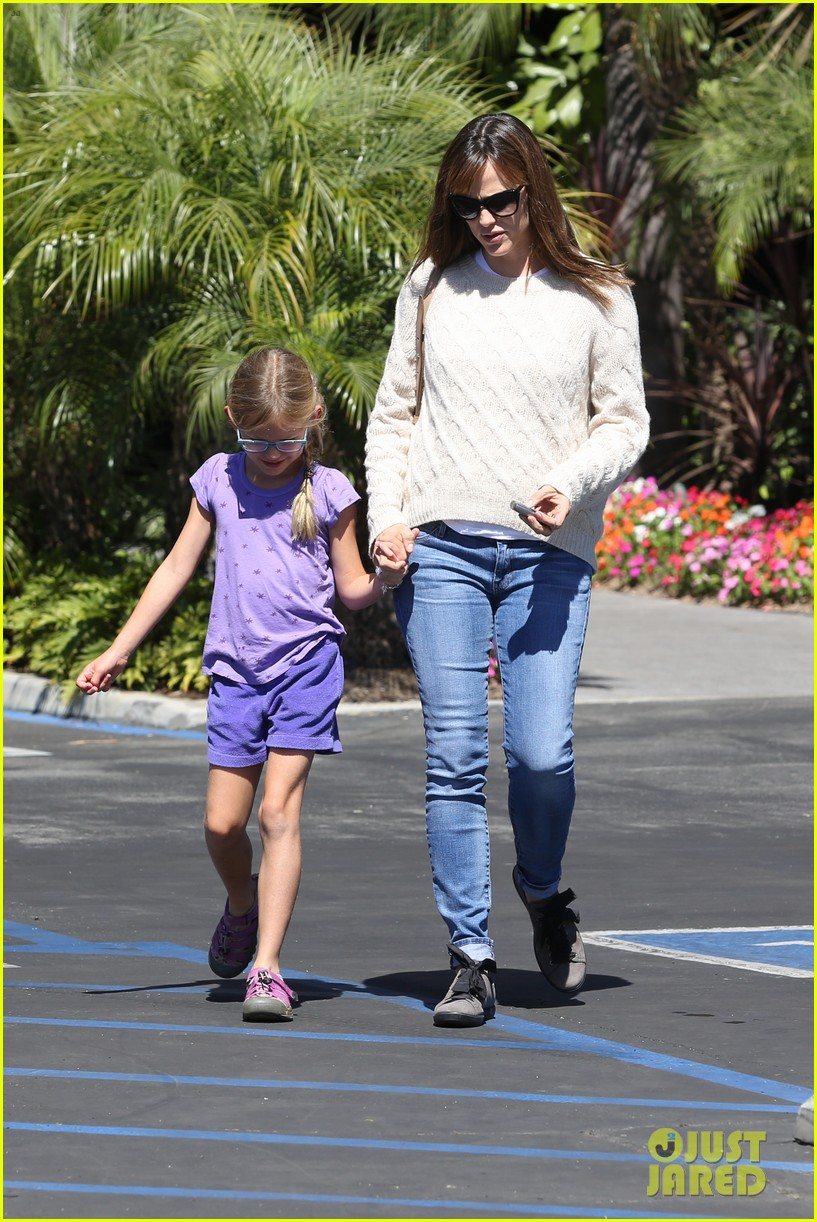 jennifer garner takes violet to her basketball game 04
