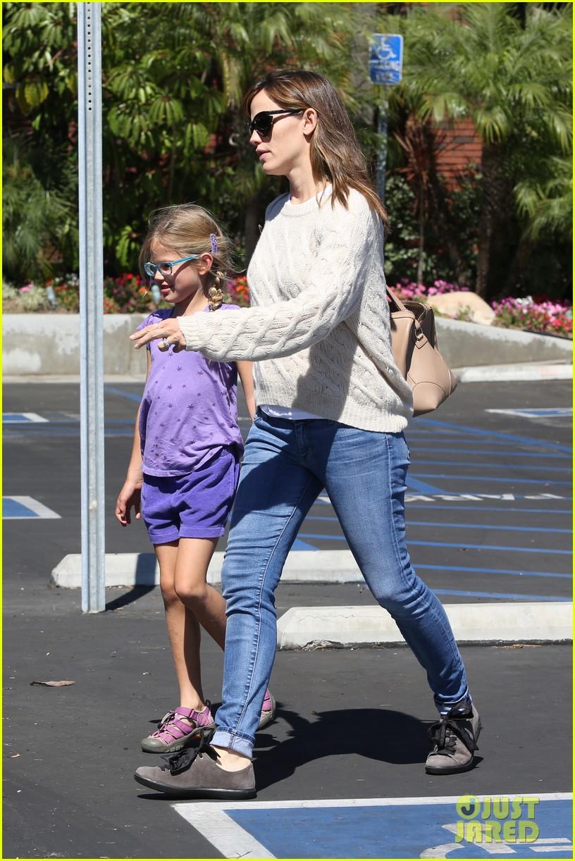 jennifer garner takes violet to her basketball game 08