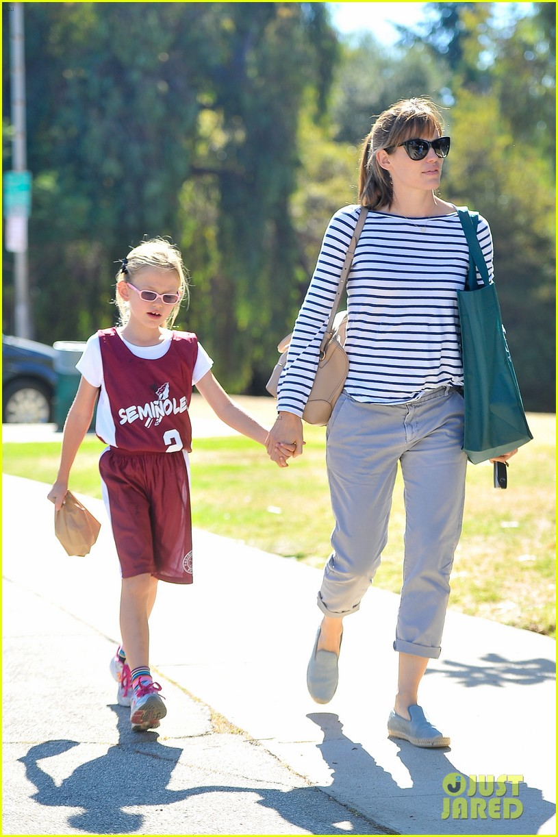 jennifer garner takes violet to her basketball game 18