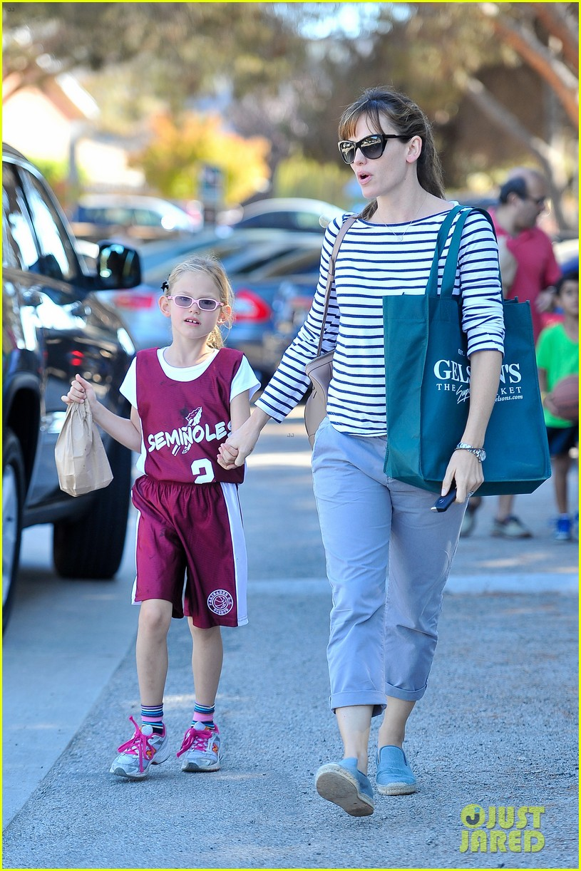 jennifer garner takes violet to her basketball game 20