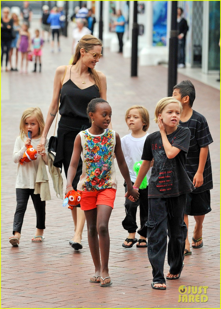 angelina jolie kids visit the sydney aquarium 012946290