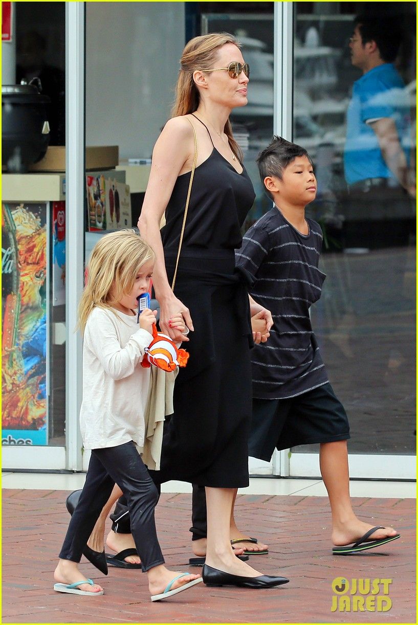 angelina jolie kids visit the sydney aquarium 13