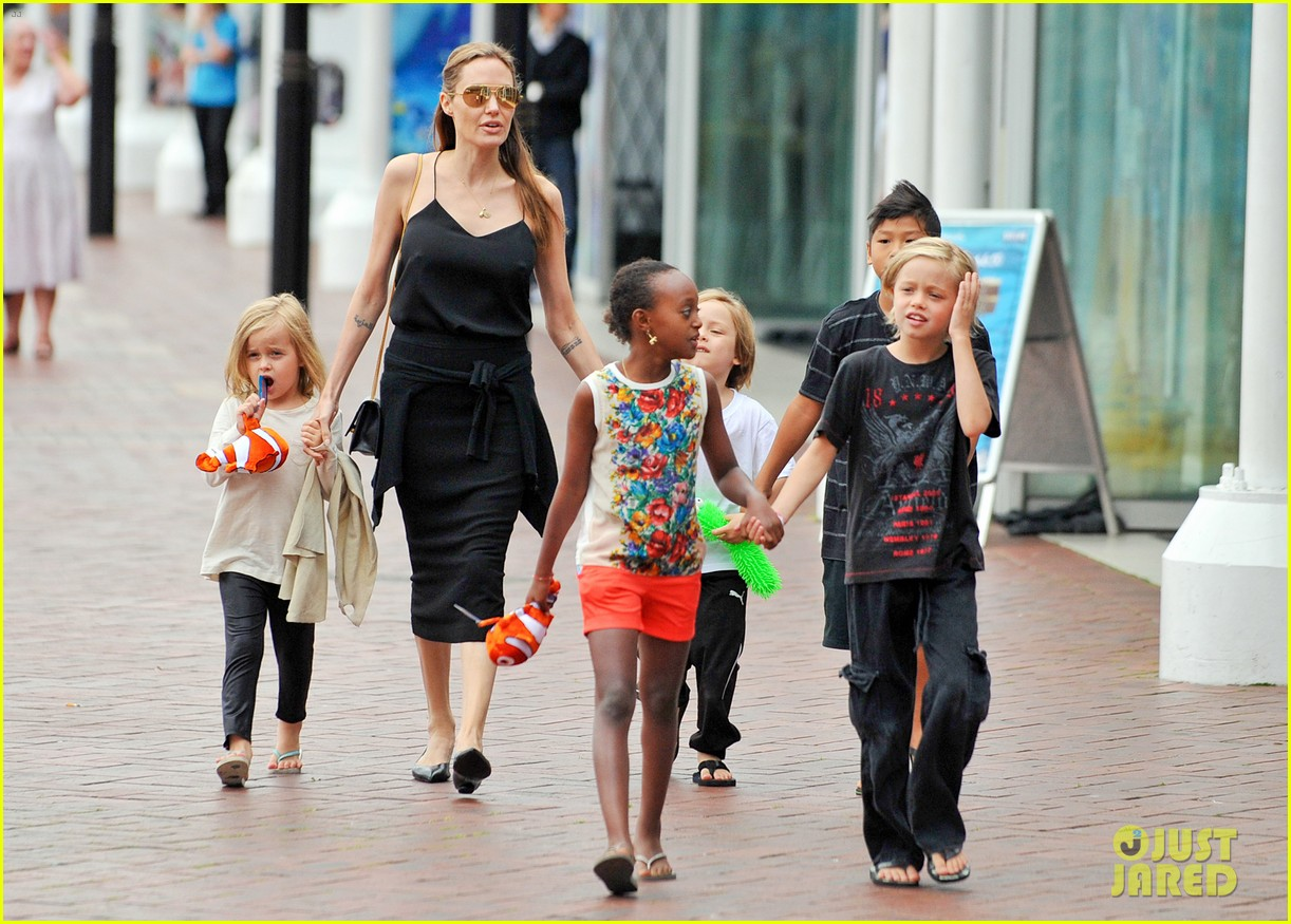 angelina jolie kids visit the sydney aquarium 182946307