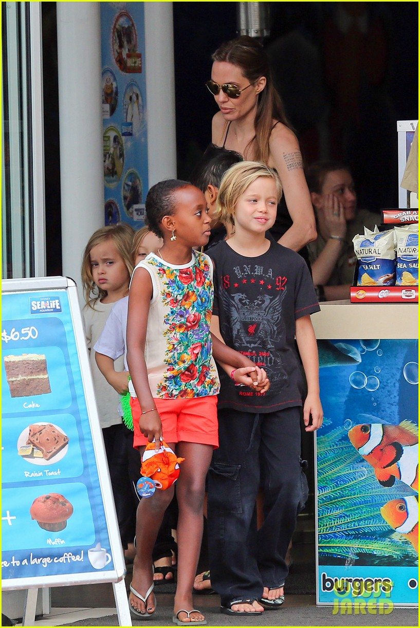 angelina jolie kids visit the sydney aquarium 242946313